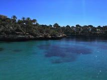 Cieli blu blu del mare di Seaview Cala Ferrera immagini stock libere da diritti