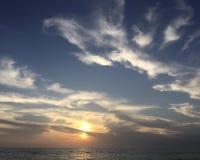 Cieli blu e tramonto giallo sopra l'oceano Fotografia Stock