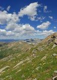 Cieli blu nei Colorado Rockies, U.S.A. di estate immagine stock