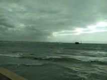 Cieli dell'annuvolamento sul lungonmare Una piccola tempesta fotografie stock libere da diritti