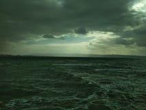 Cieli dell'annuvolamento sul lungonmare Una piccola tempesta fotografie stock