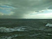 Cieli dell'annuvolamento sul lungonmare Una piccola tempesta immagine stock