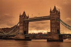 Cieli della tempesta di sabbia del ponte di Londra immagini stock libere da diritti