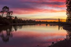 Cieli di alba di stordimento sopra Richmond Australia rurale immagine stock