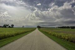 Cieli di estate della strada campestre Fotografie Stock