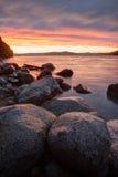 Cieli drammatici di tramonto nella baia del mare Fotografia Stock
