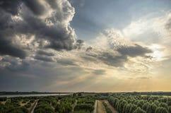 Cieli drammatici sopra l'isola di IJsslemonde fotografie stock libere da diritti