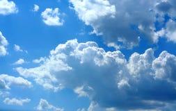 Cieli luminosi, nubi lanuginose Fotografia Stock