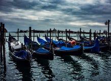 Cieli minacciosi sopra Venezia e gondole del ` s fotografie stock