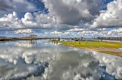 Cieli olandesi che riflettono nell'alta marea Fotografie Stock Libere da Diritti
