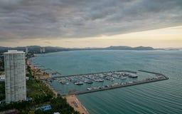 Cieli scuri di alta vista sulla spiaggia e sul porticciolo Immagini Stock
