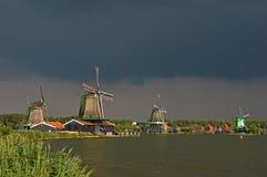 Cieli scuri sopra i mulini a vento di Zaanse Schans immagini stock libere da diritti