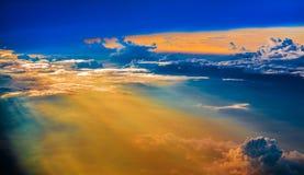 Cielo aéreo con las nubes en la puesta del sol o la salida del sol sobre del aeroplano Foto de archivo libre de regalías