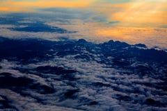 Cielo aéreo con las nubes en la puesta del sol o la salida del sol sobre del aeroplano Imágenes de archivo libres de regalías