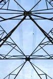 Cielo ad alta tensione della torre di postHigh-tensione Fotografie Stock