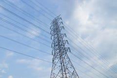 Cielo ad alta tensione della torre di postHigh-tensione Fotografie Stock Libere da Diritti