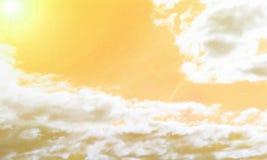 Cielo amarillo abstracto con las nubes y el sol Fotografía de archivo