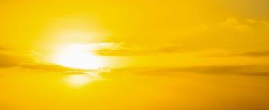 Cielo amarillo con las nubes en la puesta del sol Fotos de archivo