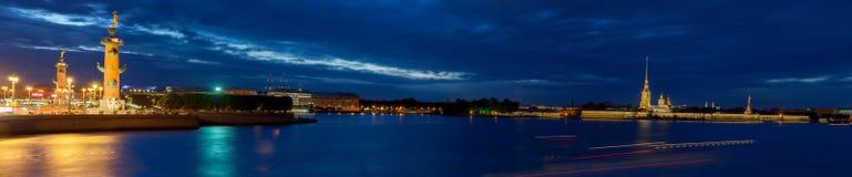 Cielo amenazador de la puesta del sol sobre la isla de Vasilyevsky del escupitajo St Petersburg Foto de archivo