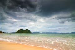 Cielo amenazador sobre el mar Foto de archivo
