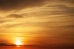 Cielo anaranjado ardiente de la puesta del sol Foto de archivo