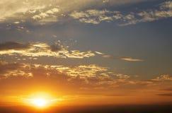 Cielo anaranjado ardiente de la puesta del sol Imagen de archivo
