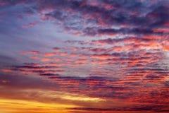 Cielo anaranjado ardiente de la puesta del sol imagenes de archivo