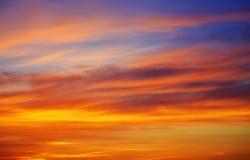 Cielo anaranjado ardiente de la puesta del sol fotografía de archivo