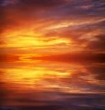 Cielo anaranjado ardiente de la puesta del sol Foto de archivo libre de regalías
