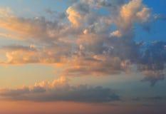 Cielo anaranjado ardiente de la puesta del sol Nubes hermosas Foto de archivo libre de regalías