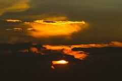 Cielo anaranjado de la puesta del sol Fotos de archivo