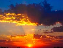 Cielo anaranjado de la puesta del sol con las nubes fotografía de archivo