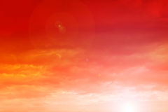 Cielo anaranjado de la puesta del sol con las nubes Imagen de archivo libre de regalías