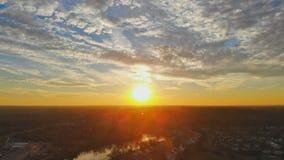 Cielo anaranjado de la puesta del sol Cielo hermoso Abstracción del cielo en la vecindad residencial los E.E.U.U. Developmen almacen de video