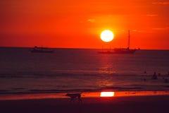 Cielo anaranjado dramático, tiempo de la puesta del sol E Viaje a Filipinas Vacaciones tropicales de lujo Isla del paraíso de Bor imagenes de archivo