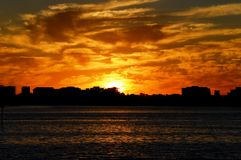 Cielo anaranjado durante puesta del sol hermosa imagen de archivo libre de regalías