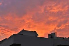 Cielo anaranjado natural antes de la puesta del sol Fotos de archivo