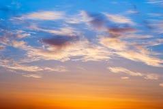 Cielo anaranjado y amarillo brillante de la puesta del sol de los colores Fotos de archivo