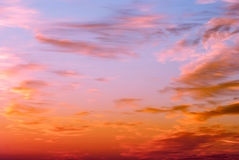 Cielo anaranjado y amarillo brillante de la puesta del sol de los colores Foto de archivo libre de regalías