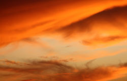 Cielo anaranjado y azul de la tarde Fotos de archivo