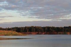Cielo appannato sopra la riva del lago Immagini Stock Libere da Diritti