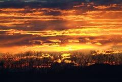 Cielo arancio ardente di tramonto Bello cielo fotografia stock libera da diritti
