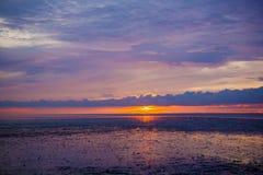 Cielo arancio di tramonto con i raggi del sole Fotografie Stock Libere da Diritti