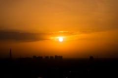 Cielo arancio di tramonto a urbano Immagini Stock Libere da Diritti