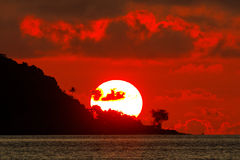 Cielo ardiente - puesta del sol en Papua Nueva Guinea imagen de archivo