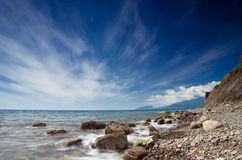 Cielo asombroso sobre el mar y las montañas Fotos de archivo libres de regalías