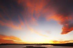 Cielo atmosférico con las nubes rojas Imagen de archivo libre de regalías