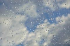 Cielo attraverso una finestra bagnata Fotografia Stock