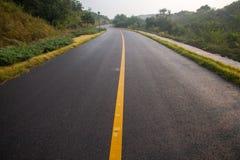 Cielo aumentante di bello Sun con Asphalt Highways Road fotografia stock libera da diritti