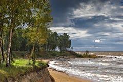 Cielo autunnale celeste e tempo tempestoso vicino al villaggio di Tuja Fotografia Stock